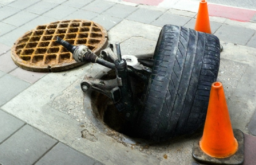 Наезд на канализационный люк, как возместить ущерб
